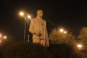 Pomnik Berlinga pochlapany czerwoną farbą