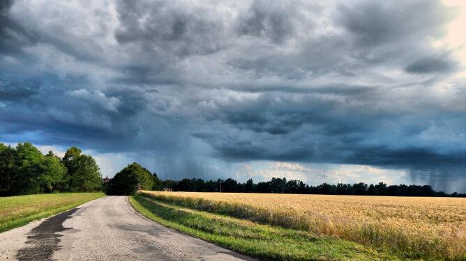 Deszcz i burze utrudnią podróżowanie