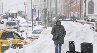 Intensywne opady śniegu w Moskwie (PAP/EPA/MAXIM SHIPENKOV)
