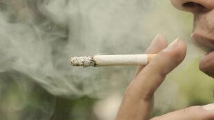 Koronawirus a palenie papierosów. WHO ostrzega